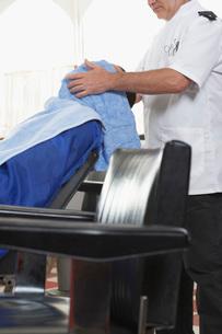 Barber drying mans hair in barber shopの写真素材 [FYI03641297]