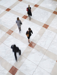Business people walking elevated view long exposureの写真素材 [FYI03641307]