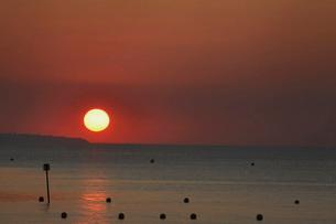 Sun setting over oceanの写真素材 [FYI03641347]