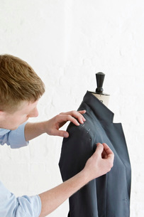 Tailor pinning sleeve to jacketの写真素材 [FYI03641365]