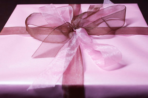 Present with ribbon close-upの写真素材 [FYI03641399]