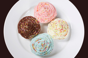 Colourful cupcakes on plate view from aboveの写真素材 [FYI03641404]
