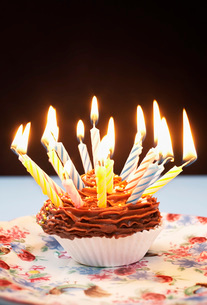 Single cupcake with birthday candlesの写真素材 [FYI03641405]