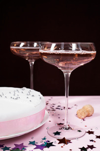 Two champagne glasses and cake close upの写真素材 [FYI03641407]