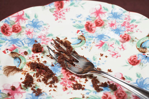 Fork and cake crumbs on plate close-upの写真素材 [FYI03641408]
