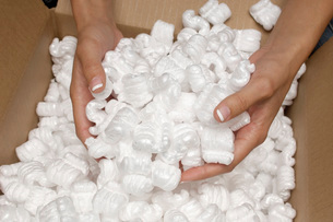 Woman holding heap of packing peanut close-up of handsの写真素材 [FYI03641478]
