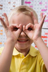 Little Boy Making Binoculars with His Handsの写真素材 [FYI03641482]