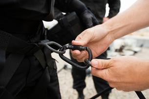 SWAT Team Preparing Climbing Equipmentの写真素材 [FYI03641497]