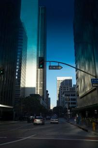 One Way Street Sign in Cityの写真素材 [FYI03641505]