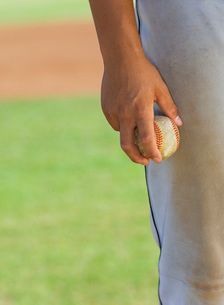 Baseball pitcher holding ball (close-up) (mid section)の写真素材 [FYI03641556]