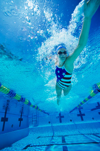 Woman swimming underwater (low angle view)の写真素材 [FYI03641565]