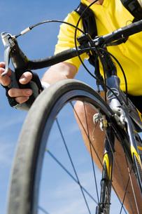 Senior man cycling low angle view of bikeの写真素材 [FYI03641626]