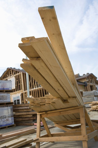 Wooden planks on pile on construction siteの写真素材 [FYI03641688]