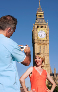 Husband taking photo of wife by Big Ben Tower London Englandの写真素材 [FYI03641924]