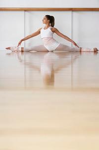 Ballet Dance Practicingの写真素材 [FYI03641962]