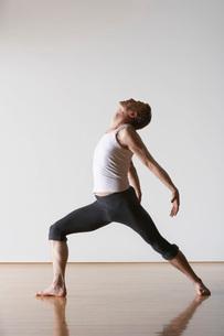 Ballet Dancer leaning backwardの写真素材 [FYI03641963]