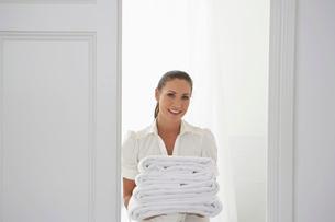 Housekeeper Bringing Towelsの写真素材 [FYI03641973]