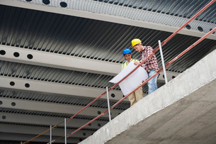 Construction manager and worker examining building plansの写真素材 [FYI03642052]