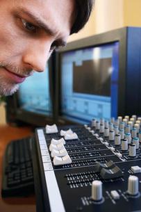 Man looking at mixer close-up.の写真素材 [FYI03642237]