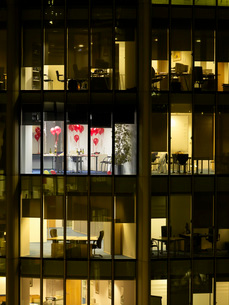 Empty office after party view from building exterior nightの写真素材 [FYI03642267]