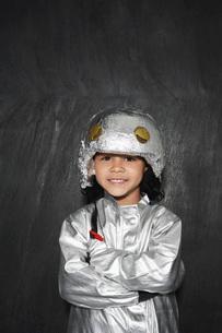 Portrait of young boy (5-6) in astronaut costume crossed armの写真素材 [FYI03642303]