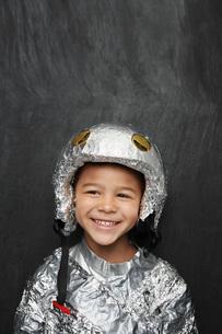 Portrait of young boy (5-6) in aluminum foil astronaut costuの写真素材 [FYI03642304]