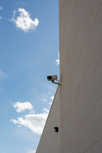 Security cameras on building wallの写真素材 [FYI03642610]