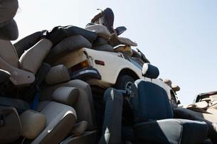 Heap of car seats in junkyardの写真素材 [FYI03642677]