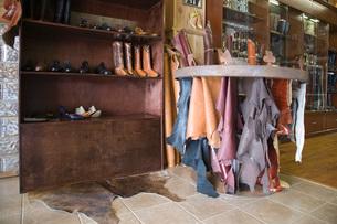 Traditional shoemaker workshopの写真素材 [FYI03642846]