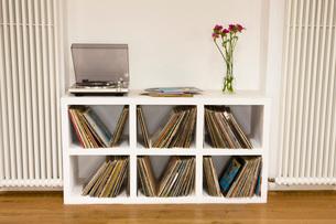 Shelf with vinyl recordsの写真素材 [FYI03642895]