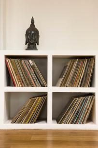Vinyl records in shelfの写真素材 [FYI03642897]