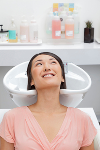 Woman getting her hair washed at beauty salonの写真素材 [FYI03642940]