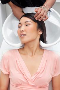 Asian woman having hair wash at beauty salonの写真素材 [FYI03642941]