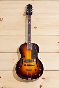 Acoustic guitar at music storeの写真素材 [FYI03642971]