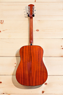Gibson red guitar on wood grain wallの写真素材 [FYI03642979]