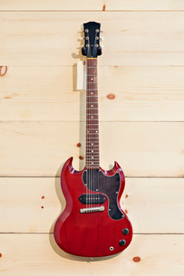Mahogany guitar with labelの写真素材 [FYI03642980]