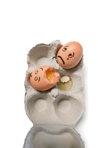 Eggs in a carton with one egg brokenの写真素材 [FYI03643048]