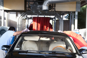 Employees wiping vehicle in car washの写真素材 [FYI03643063]
