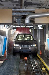 Motor vehicle passing through car washの写真素材 [FYI03643064]