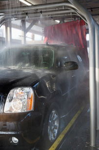 Spraying water on automobile in car washの写真素材 [FYI03643071]