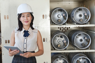 Portrait of female industrial worker holding tablet PC withの写真素材 [FYI03643100]
