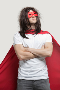 Young man in super hero costume standing with arms crossed aの写真素材 [FYI03643184]