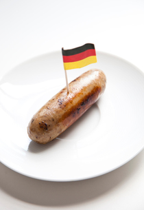 Fried sausage in plate with German flag decoration against wの写真素材 [FYI03643199]