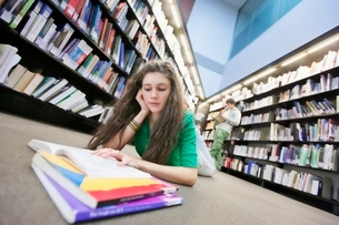 University student studying in libraryの写真素材 [FYI03643251]