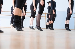 Young women practise ballet in a rehearsal roomの写真素材 [FYI03643294]