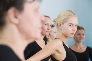 Young women in ballet rehearsalの写真素材 [FYI03643300]
