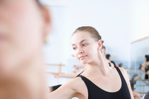 Young woman stretches into ballet poseの写真素材 [FYI03643307]