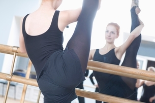 Young woman stretches into the splitsの写真素材 [FYI03643311]