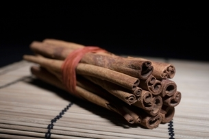 Bundle of cinnamon sticksの写真素材 [FYI03643339]