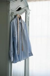 Shirt and tie hang on wardrobeの写真素材 [FYI03643404]